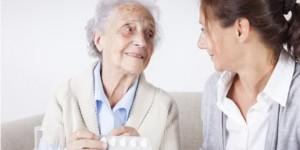 pharmacist-with-elderly-patient